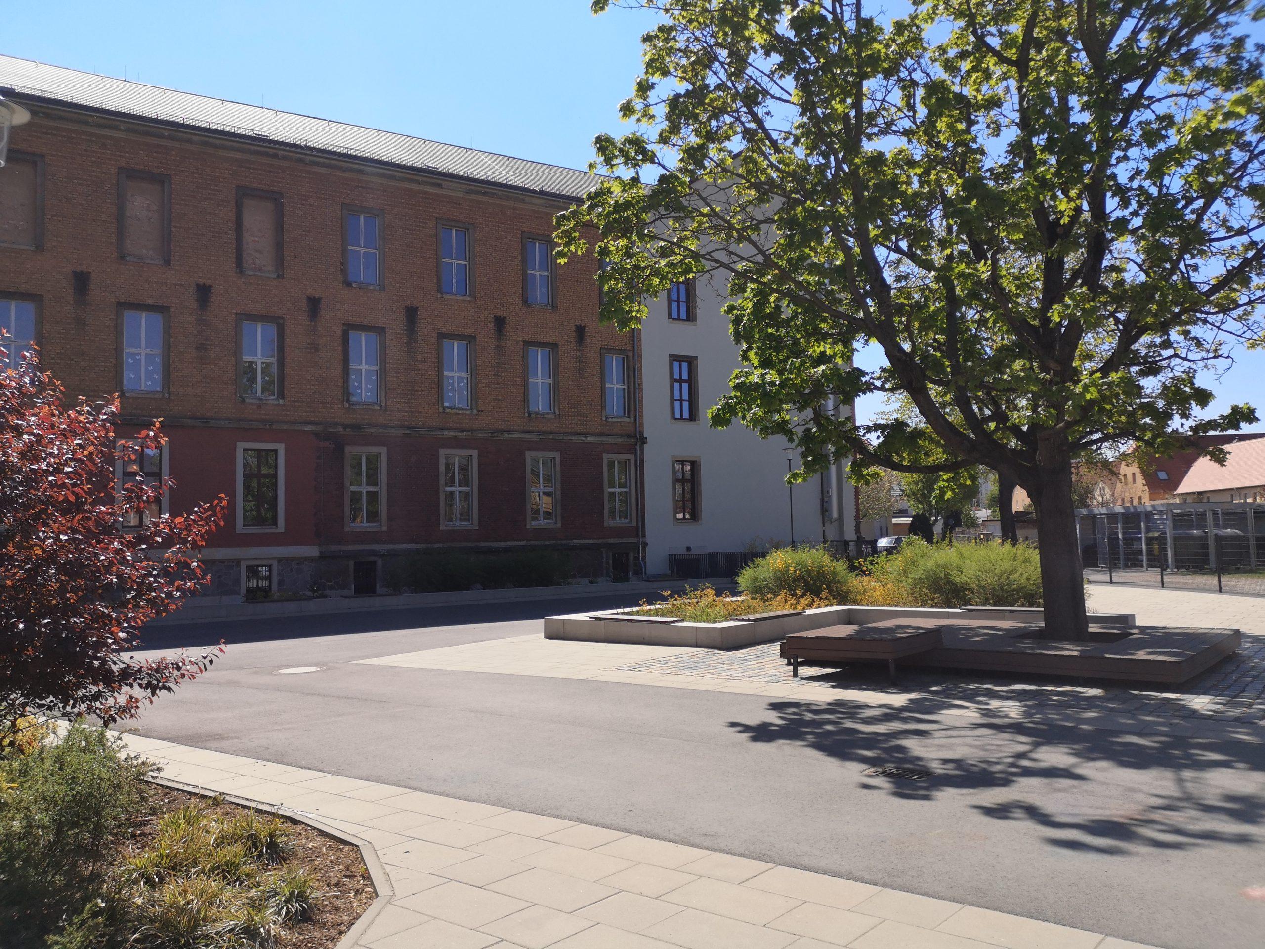 Hauptgebäude und Hof