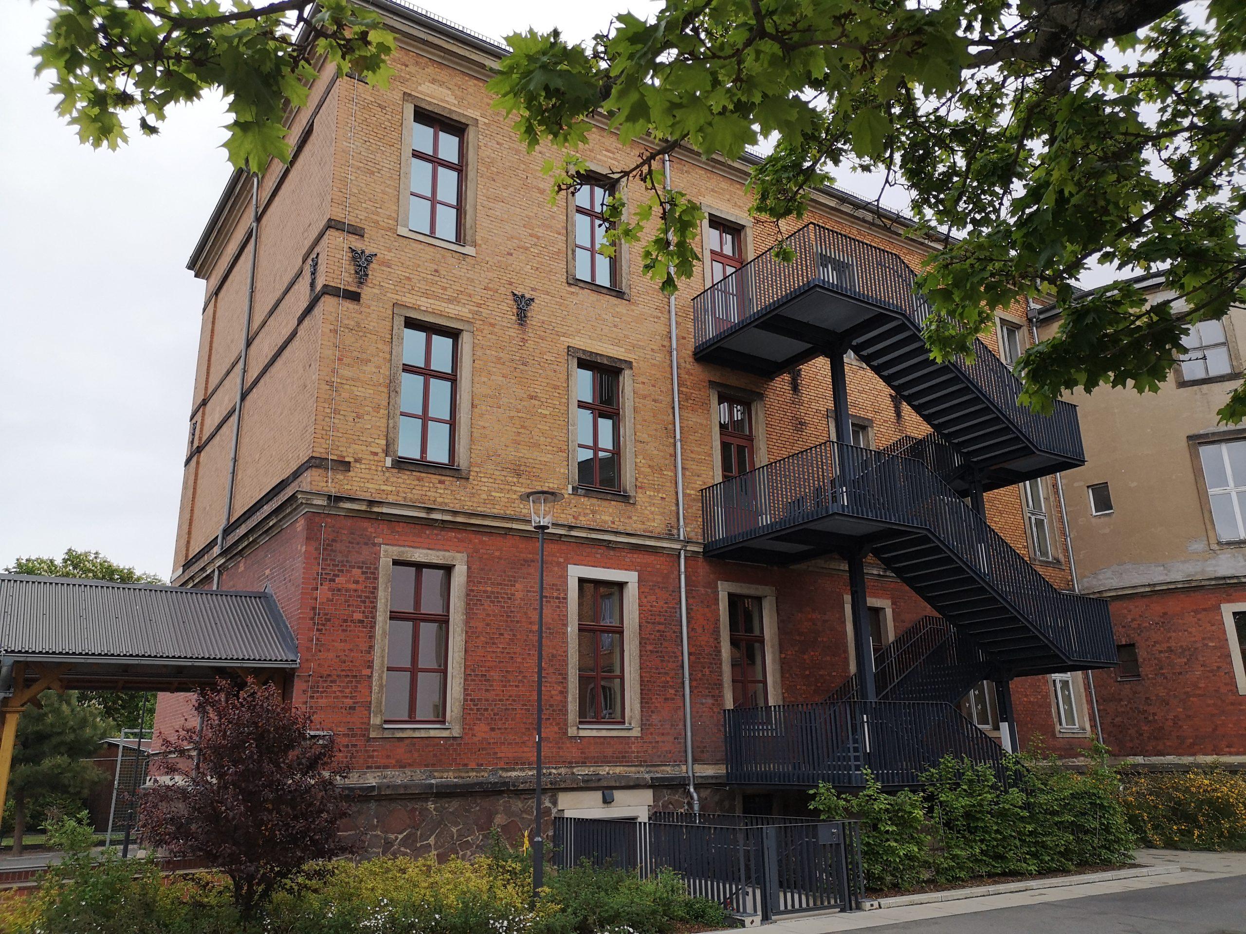 Hauptgebäude mit Feuerschutztreppe