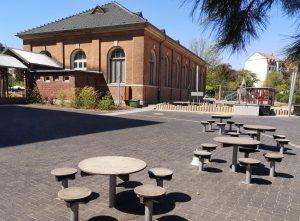 Schulhof mit Turnhalle